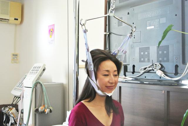 手技や牽引、必要に応じて首の矯正も行う